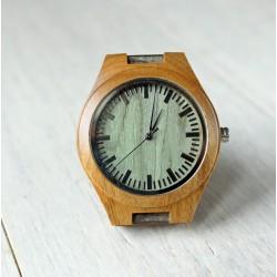 Drewniany zegarek z zieloną tarczą