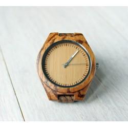 Drewniany zegarek z białymi wskazówkami