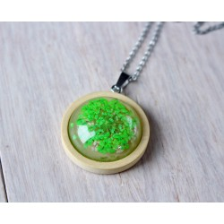 Wooden pendant with flower sunk in resin CLOVER