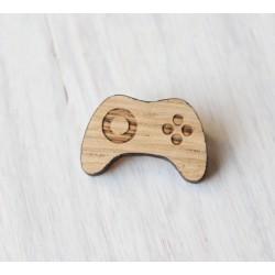 Drewniana wpinka - broszka GAMER