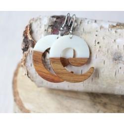 Kolczyki drewniane z żywicą ZAWIJAS perła