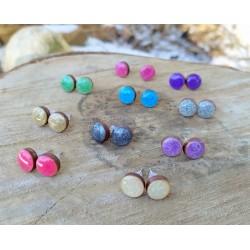 Perłowe kolorowe kolczyki wkrętki z żywicy i drewna